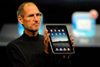 Sihirli elma steve jobs holding the ipad